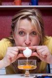 Blonde Frau brennt heraus ein Ei durch Lizenzfreies Stockbild