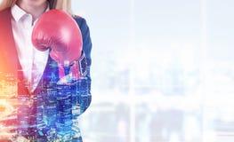 Blonde Frau in den Boxhandschuhen in einer Stadt Stockbilder