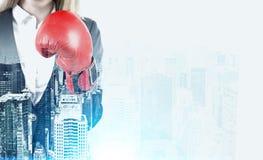 Blonde Frau in den Boxhandschuhen in einer Stadt Lizenzfreies Stockfoto