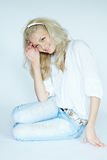 Blonde Frau in den Jeans Stockfoto