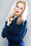 Blonde Frau in den Jeans Stockfoto