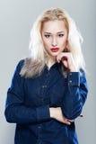 Blonde Frau in den Jeans Lizenzfreies Stockfoto