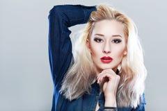 Blonde Frau in den Jeans Lizenzfreie Stockfotos