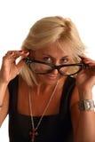 Blonde Frau in den lustigen großen Gläsern Lizenzfreie Stockfotos