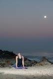 Blonde Frau in den Musterstrumpfhosen, die hintere Erweiterung nachts durchführen Lizenzfreie Stockfotografie