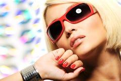 Blonde Frau in den roten Sonnenbrillen Stockbild