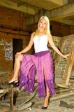 Blonde Frau in den Ruinen Lizenzfreie Stockbilder