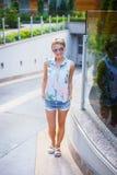 Blonde Frau in den Sonnenbrillen Lizenzfreies Stockbild