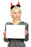 Blonde Frau in den Teufelhupen, die Karte anhalten Lizenzfreie Stockfotografie