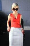 Blonde Frau der Art und Weise in den Sonnenbrillen Stockfoto