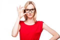 Blonde Frau in der Büroart Stockfotografie