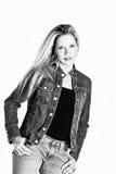 Blonde Frau in der beiläufigen Kleidung Lizenzfreie Stockfotos
