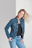Blonde Frau in der beiläufigen Kleidung Stockfotografie