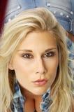 Blonde Frau in der Bluse Lizenzfreies Stockfoto