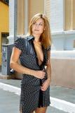 Blonde Frau in der brenzligen Stelle Lizenzfreie Stockfotografie