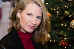 Blonde Frau in der Feiertags-Szene Stockbilder