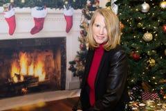 Blonde Frau in der Feiertags-Szene Stockfoto