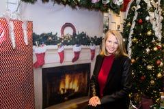 Blonde Frau in der Feiertags-Szene Stockbild
