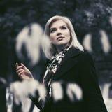Blonde Frau der glücklichen jungen Mode, die in Stadtpark geht Lizenzfreie Stockfotos