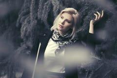 Blonde Frau der glücklichen jungen Mode, die in Stadtpark geht Stockfoto