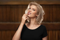 Blonde Frau der glücklichen jungen Mode im schwarzen Kleid gehend in Stadtstraße Stockbild