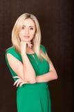 Blonde Frau in der grünen Kleidervertikale Lizenzfreie Stockfotografie