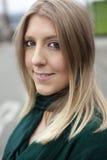 Blonde Frau in der grünen Spitze Lizenzfreie Stockfotografie