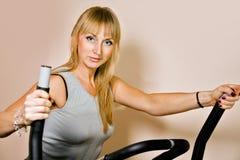 Blonde Frau in der Gymnastik Lizenzfreie Stockbilder