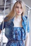 Blonde Frau in der Jeansjacke Stockbild