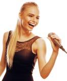 Blonde Frau der Junge die recht, die im Mikrofon singt, lokalisierte nah oben Lizenzfreie Stockfotografie