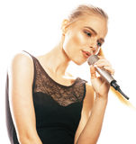 Blonde Frau der Junge die recht, die im Mikrofon singt, lokalisierte nah oben Lizenzfreies Stockbild