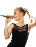 Blonde Frau der Junge die recht, die im Mikrofon singt, lokalisierte nah oben Lizenzfreie Stockbilder