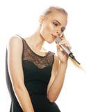 Blonde Frau der Junge die recht, die im Mikrofon singt, lokalisierte nah oben Stockfoto