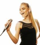 Blonde Frau der Junge die recht, die im Mikrofon singt, lokalisierte nah oben Stockbild