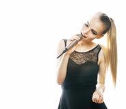 Blonde Frau der Junge die recht, die im Mikrofon singt, lokalisierte nah oben Lizenzfreie Stockfotos