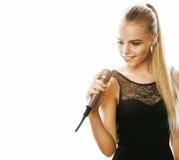 Blonde Frau der Junge die recht, die im Mikrofon singt, lokalisierte nah oben Stockfotografie
