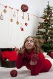 Blonde Frau der Junge recht in den Dekorationen des neuen Jahres Lizenzfreie Stockbilder