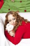 Blonde Frau der Junge recht in den Dekorationen des neuen Jahres Lizenzfreies Stockfoto