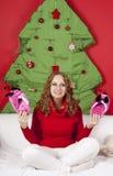 Blonde Frau der Junge recht in den Dekorationen des neuen Jahres Lizenzfreie Stockfotografie