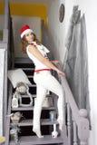 Blonde Frau der Junge recht in den Dekorationen des neuen Jahres Stockfotografie