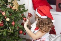 Blonde Frau der Junge recht in den Dekorationen des neuen Jahres Stockbild