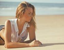 Blonde Frau der Junge recht an der gehenden Entspannung der Seeküste, Modedame bei Sonnenuntergang Stockbilder