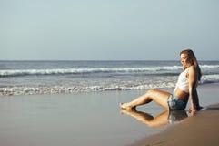 Blonde Frau der Junge recht an der gehenden Entspannung der Seeküste, Modedamensonnenuntergang, Leute auf Sommerferienkonzept Lizenzfreie Stockfotos