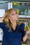 Blonde Frau der Junge recht in der Küche Lizenzfreies Stockfoto