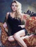 Blonde Frau der Junge recht in der warmen Strickjacke zu Hause Stockbilder