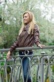 Blonde Frau der Junge recht, die im Park aufweckt Lizenzfreie Stockfotos