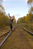 Blonde Frau der Junge recht, die nahe Eisenbahn geht Stockfotos