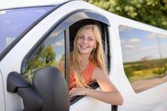 Blonde Frau der Junge recht, die weißes Auto fährt und Lizenzfreie Stockfotos