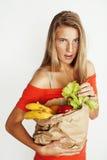 Blonde Frau der Junge recht am Einkaufen mit Lebensmittel in der Papiertüte auf dem Weißlächeln hell, Lebensstilleutekonzept Lizenzfreie Stockbilder