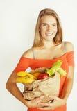 Blonde Frau der Junge recht am Einkaufen mit Lebensmittel herein Stockbilder
